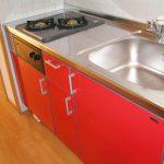 キッチンも赤の2口システムキッチン!
